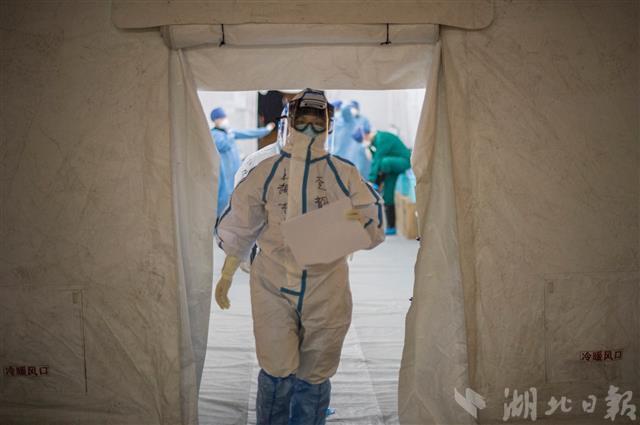 2月24日晚上,穿戴整齐的医疗队员走出更衣帐篷准备入舱