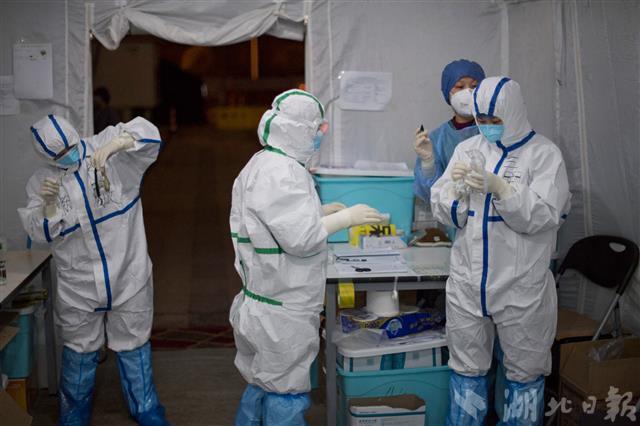 2月24日晚上,几位医疗队员正在护目镜内测涂抹碘酒防止镜片起雾